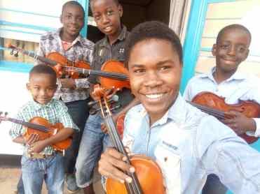 Eugene ja iloisia viuluoppilaita